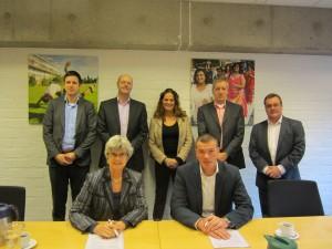 Ondertekening aanneemovereenkomst De Sleutels woningcorporatie en BAM woningbouw Den Haag.